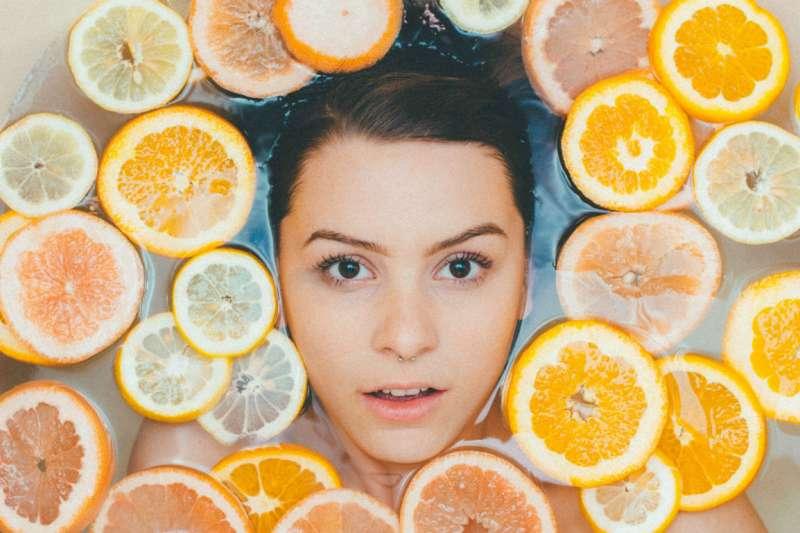 沐浴不單只是清潔肌膚,還能洗去累積一整天的疲憊。(示意圖/Unsplash)