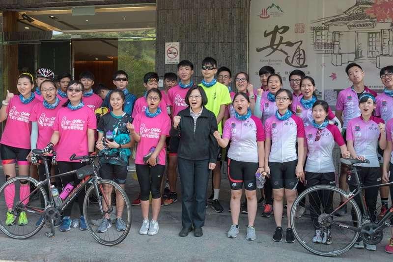 台灣總統蔡英文與媒體團到訪花蓮,以支持農村產業化,今早在酒店門外巧遇到台灣踏單車的香港學生團。(取自蔡英文臉書)