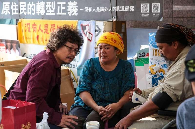 20180331-原住民團體「原轉小教室」馬耀‧比吼、巴奈、那布31日於台大醫院站一號出口駐紮地前交談。(顏麟宇攝)