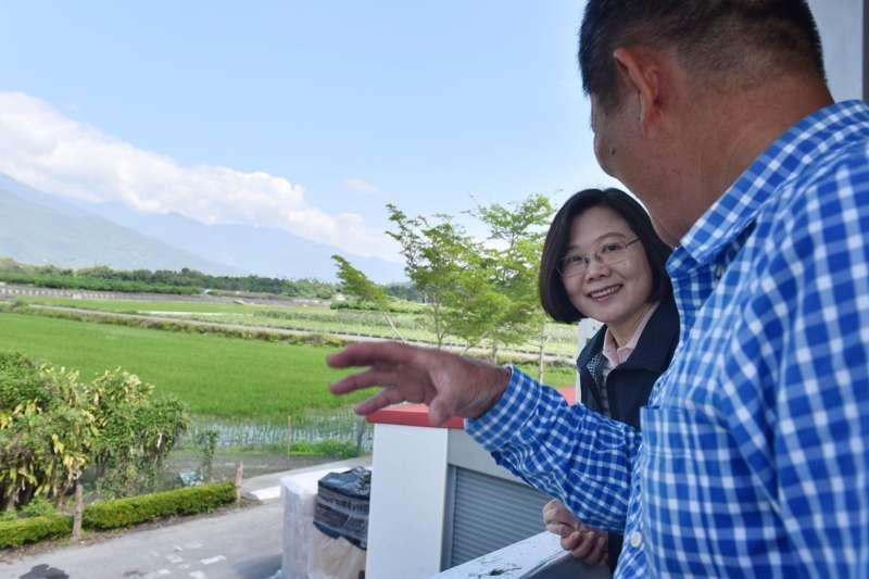 2018年3月31日,蔡英文總統參訪花蓮瑞穗富源鳳梨公園。(總統府提供)