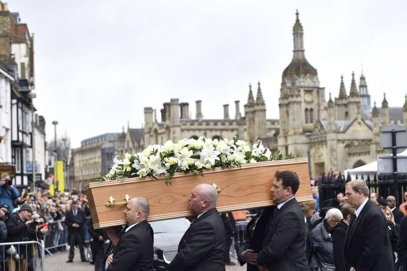 霍金的靈柩抵達教堂。(美聯社)
