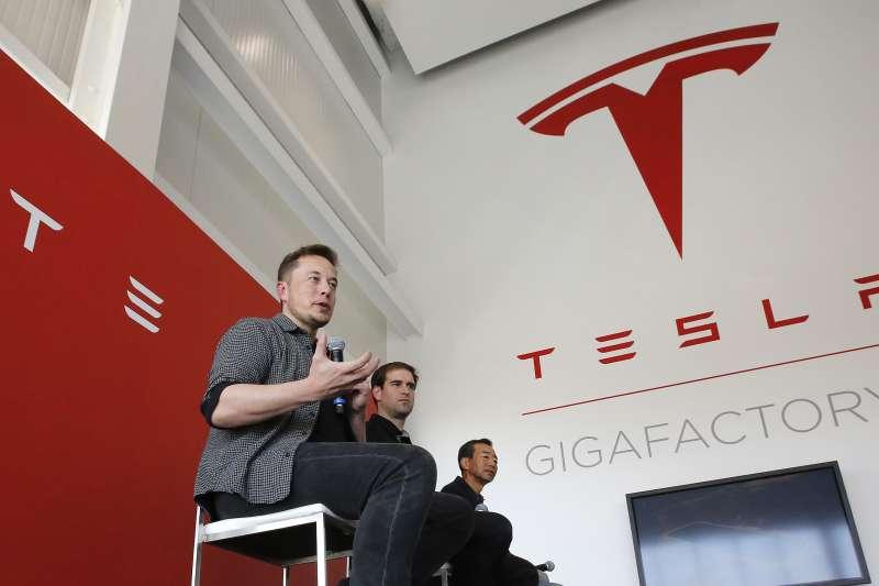 電動車大廠特斯拉的董事會14日任命3名獨立董事組成特別委員會,評估執行長馬斯克(Elon Musk)提出的公司下市構想。不過該公司表示,尚未看到馬斯克提出確切下市提案。(資料照,美聯社)