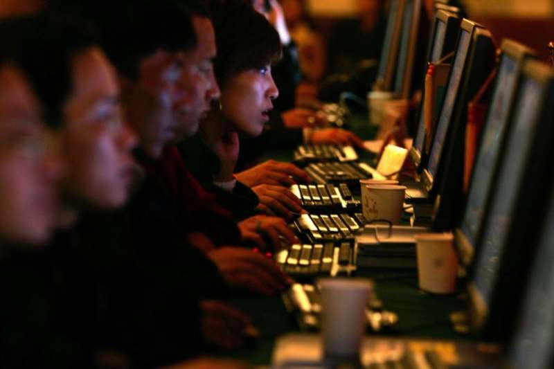 世界衛生組織(WHO)在2018年正式將「網路遊戲成癮(Gaming disorder)」納入精神疾病,其中又以青少年族群比例最高。圖為示意圖,與新聞個案無關。(資料照,美聯社)
