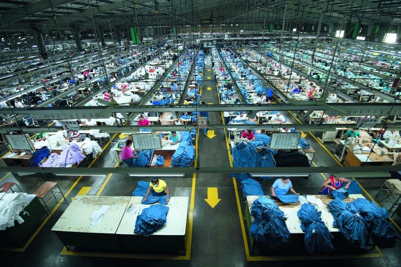 如興雖是全球最大牛仔褲製造廠,但併購手段和標的都讓人質疑。(總統府提供)