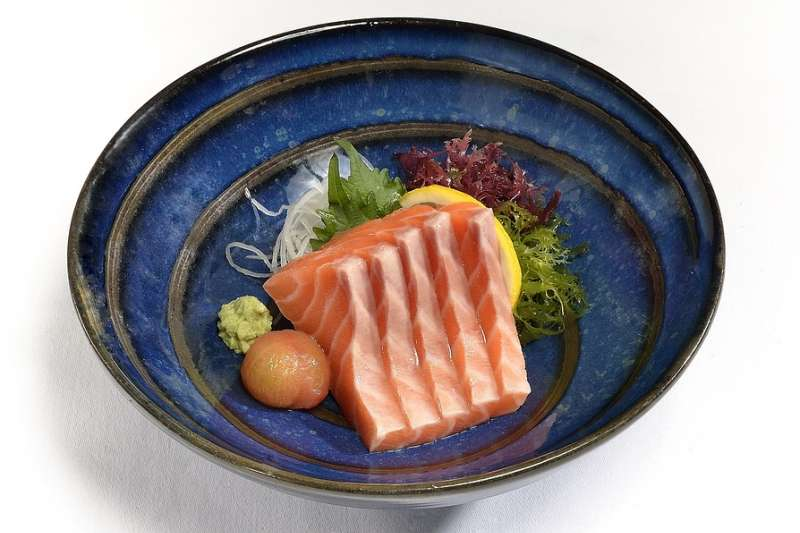 鮭魚刺身是許多人的最愛,但你知道為什麼許多傳統的高級日本料理店是不提供鮭魚的嗎?(圖/取自Pixabay)