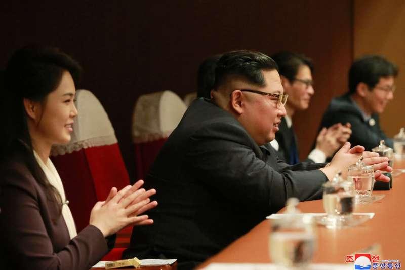 2018年4月1日,南韓藝術團在北韓首都平壤「東平壤大劇場」演出,北韓最高領導人金正恩、夫人李雪主到場觀看(AP)