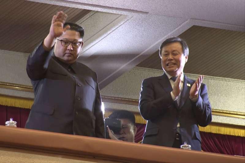 2018年4月1日,南韓藝術團在北韓首都平壤「東平壤大劇場」演出,北韓最高領導人金正恩到場觀看(AP)