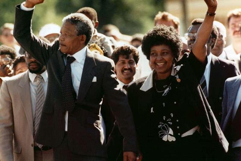 南非國母、曼德拉前妻溫妮在1990年迎接曼德拉重獲自由(AP)