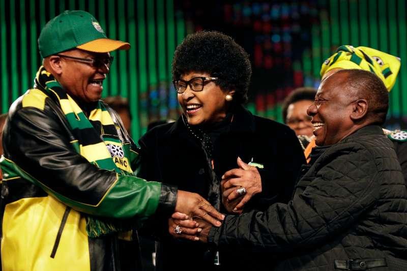 南非國母、曼德拉前妻溫妮與前總統朱馬,及時任副總統的拉馬福薩(左)(AP)