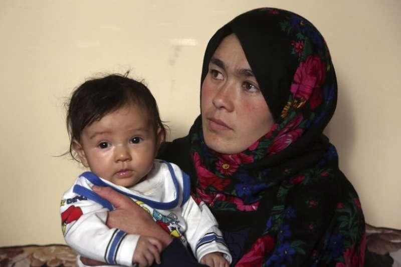 阿富汗小學老師阿瑪迪帶著孩子坐地應試的相片感動世人,讓她成功完成上大學的夢想。(AP)