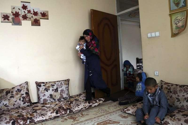 阿富汗小學老師阿瑪迪帶著孩子坐地應試的相片感動世人,成功完成上大學的夢想。(AP)