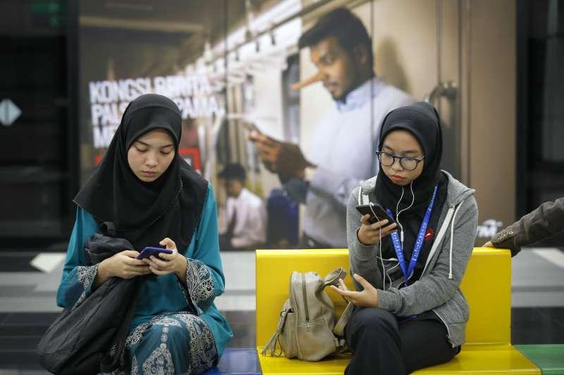 馬來西亞下議院2日通過《反假新聞法案》。圖為首都吉隆坡的火車站的反假新聞廣告。(美聯社)