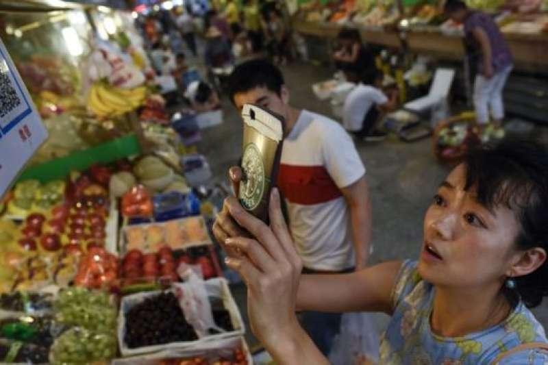 移動支付甚至在中國的菜市場都可以使用。(BBC中文網)