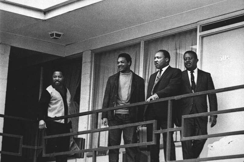1968年4月3日,金恩博士(右二)遇刺前一天,他與其他民權運動領袖一起站在田納西州曼非斯市的洛林汽車旅館陽台(美聯社)