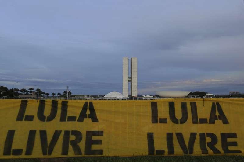 魯拉在巴西國會外掛出「釋放魯拉」標語。(美聯社)