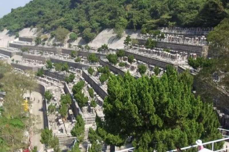 """香港多山少地,寸土寸金,很難找到墓地。傳統的解決方案是建""""垂直墓地"""", 墳墓坐落在陡峭山坡上的狹窄露台上。(BBC中文網)"""