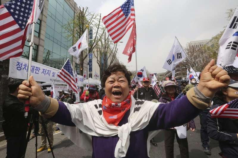 南韓前總統朴槿惠身敗名裂,但在民間仍有不少支持者(AP)
