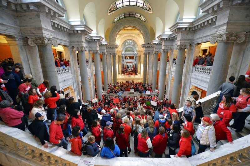 肯塔基州的老師們4月2日進入州議會大廈抗議薪資過低。(美聯社)
