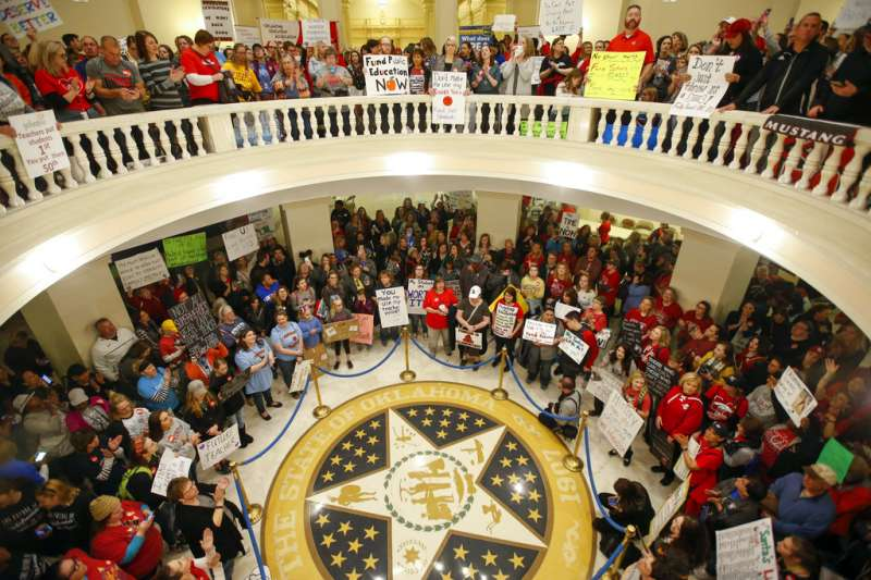 奧克拉荷馬州的老師們4月2日進入州議會,抗議薪資過低。(美聯社)