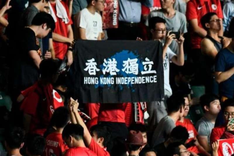 香港球場上近年多次出現「香港獨立」標語。(BBC中文網)
