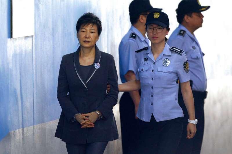 2018年4月6日,南韓前總統朴槿惠一審遭判處24年徒刑。圖為她2017年8月7日在法警戒護下,進入首爾中央地方法院。(AP)
