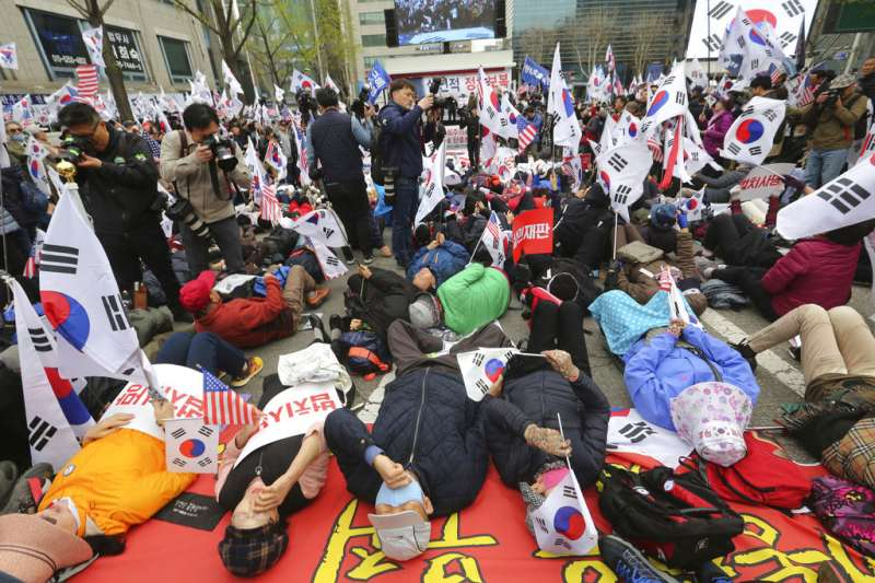 2018年4月6日,南韓前總統朴槿惠一審遭判處24年徒刑,支持者在法院外聲援。(AP)