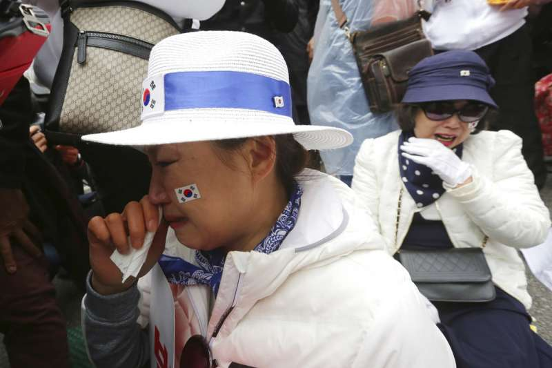 2018年4月6日,南韓前總統朴槿惠一審遭判處24年徒刑,支持者不禁落淚。(AP)