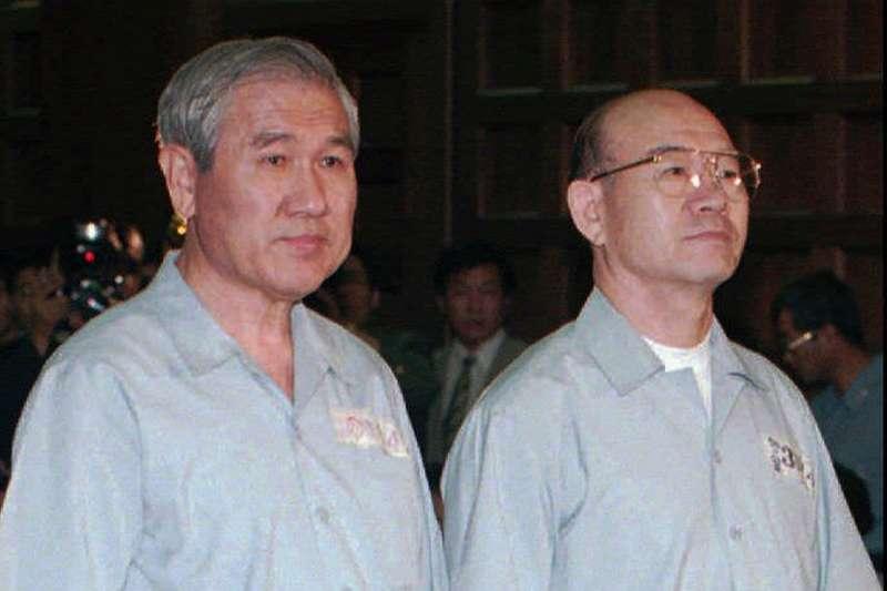 1996年8月26日,南韓前總統盧泰愚(左)、全斗煥出庭受審(AP)