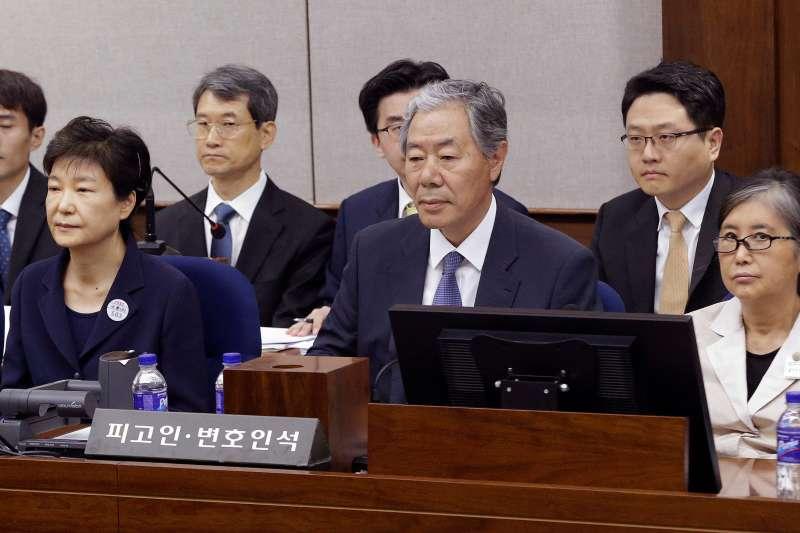 2017年5月23日,南韓前總統朴槿惠(左)與昔日親信崔順實一同出庭受審(AP)