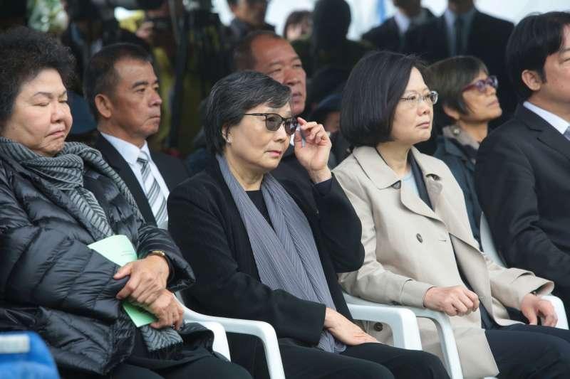 20180407-總統蔡英文(右)參加鄭南榕紀念日,與鄭南榕遺孀葉菊蘭(左)交談。(顏麟宇攝)