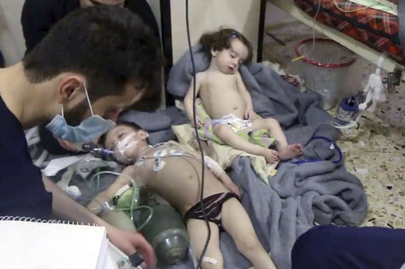 2018年4月7日,敘利亞首都大馬士革東古塔區的小鎮杜馬,遭到政府軍以化學武器(毒氣)攻擊,死傷慘重(AP)