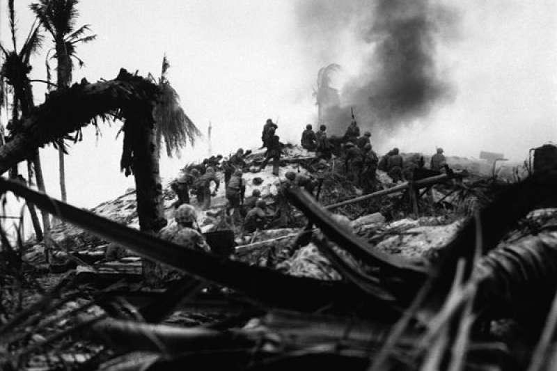 在塔拉瓦戰役中,美軍陸戰隊員正在攻擊一處日軍堅守的據點。(維基百科)