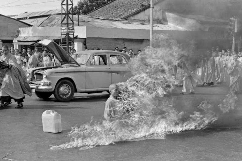 美聯社記者Malcolm Browne拍攝的釋廣德自焚現場。(圖/作者│想想論壇提供)