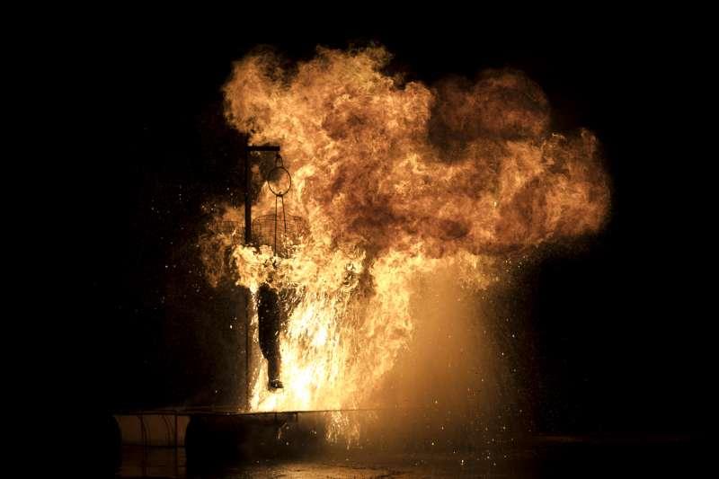 象徵猶大的人偶模型被焚燒。(美聯社)