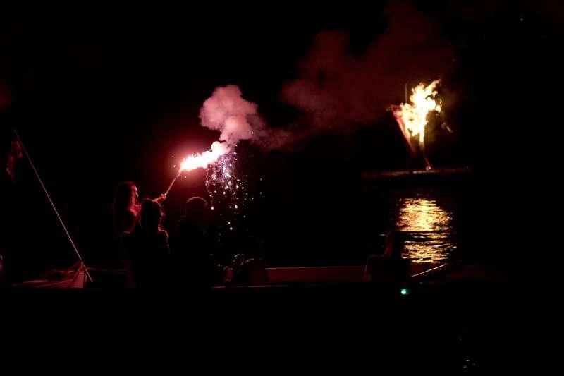 「焚燒猶大」儀式在海上進行。(美聯社)