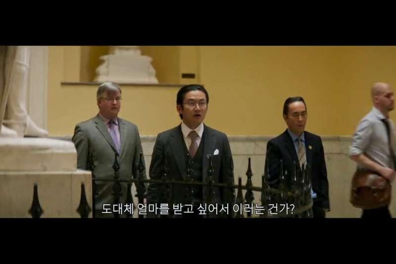 電影《花漾奶奶秀英文》劇中片段,日本代表怒問:「到底想要多少錢才善罷甘休?」(翻攝IMDB)