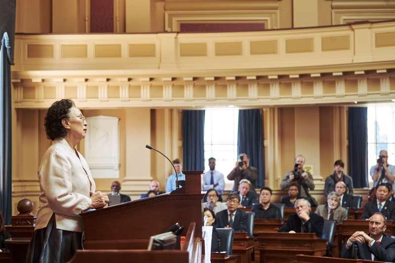 電影《花漾奶奶秀英文》演出南韓慰安婦阿嬤李容洙到美國聯邦眾議院發言的真實事件(翻攝網路)