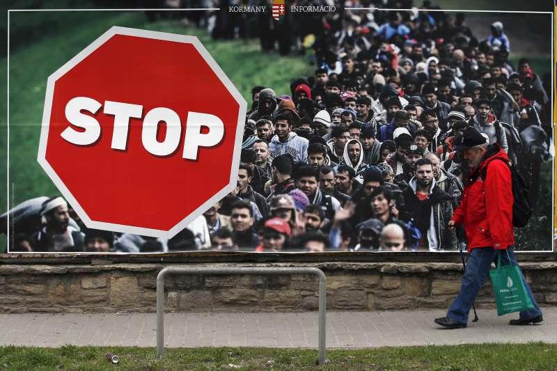 2018年4月8日,匈牙利舉行國會大選,隨處可見反移民海報(AP)