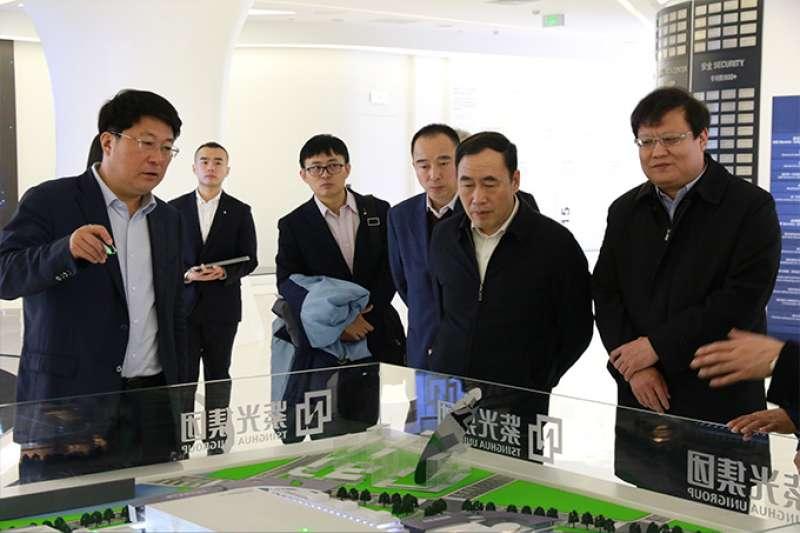紫光董事長趙偉國(左)。(紫光官網)