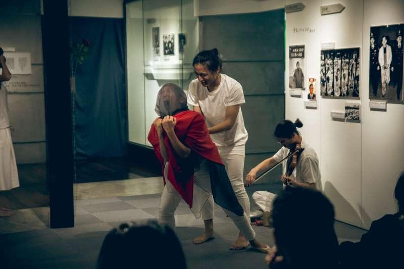 2018-04-08-三語事劇場《剩下就是我們的事了》8日晚間於鄭南榕基金會演出02。(三語事劇場提供)