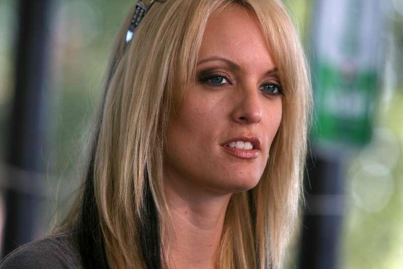 川普私人律師柯恩的辦公室及住處遭FBI搜索,取走關於支付A片女星「暴風女丹妮絲」柯莉佛封口費的通訊內容(AP)