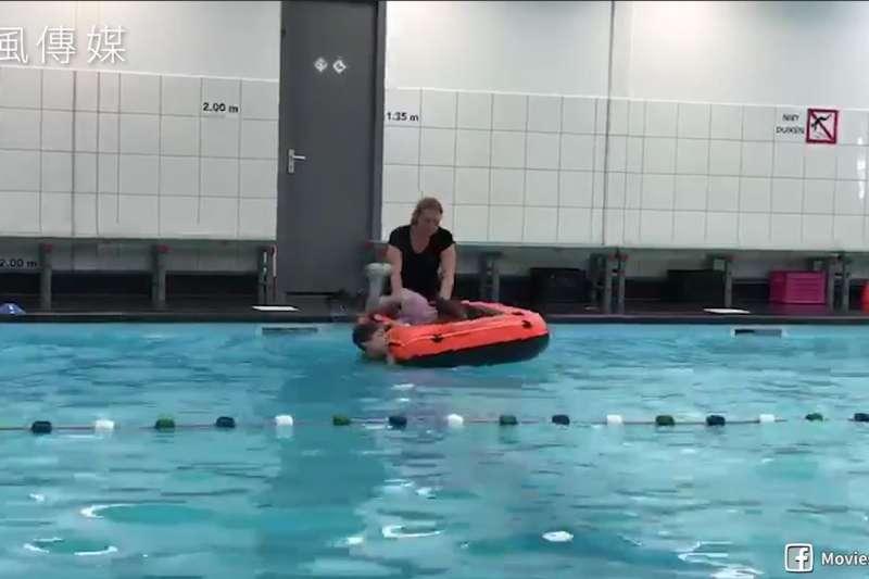 讓小孩自己「面對危險」!荷蘭游泳課程教孩童學習如何自救!