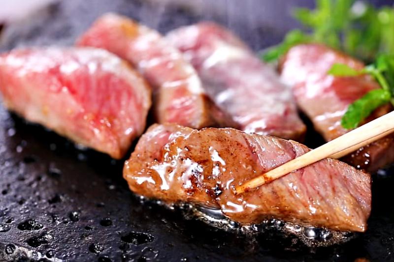 牛肉因為不易消化,建議搭配其他食材,可幫助胃吸收。(圖/翻攝自youtube)