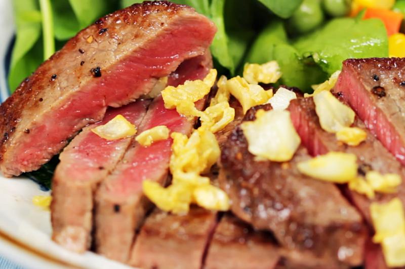 近日很多人執行「吃肉減肥法」,控制攝取澱粉與醣類,以肉為主食不容易產生飢餓感,還能滿足口腹之慾。(示意圖/翻攝自youtube)