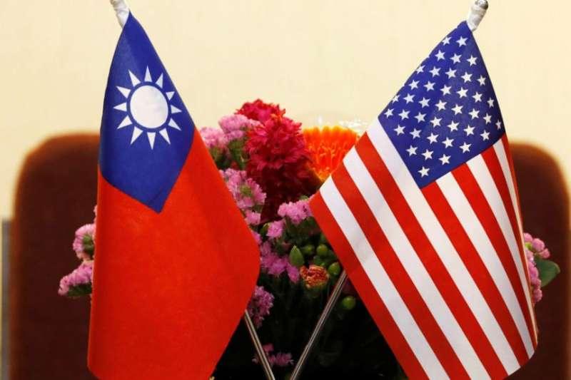 台灣與美國國旗並排擺放。(美國之音)