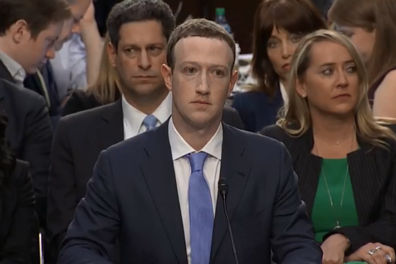 針對Facebook用戶個資外洩風波,美國時間周二下午,舉行了聯合聽證會,執行長佐克伯(Mark Zuckerberg)在長達達五小時的時間裡,接受來自44位國會議員的連番拷問。(圖/取自YouTube)