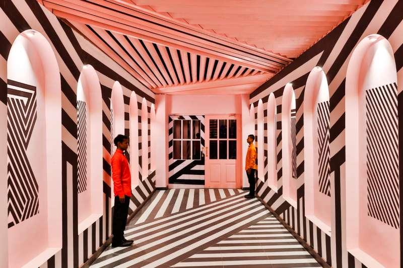 印度這家餐廳以鬼才導演魏斯‧安德森(Wes Anderson)的電影《歡迎來到布達佩斯大飯店》的美學為靈感,展現驚人的視覺張力。(圖/取自Design Milk,瘋設計提供)