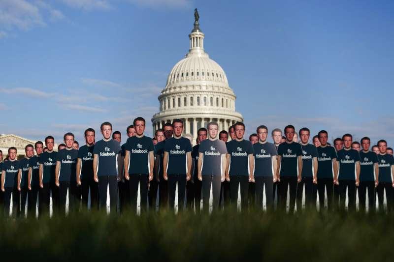 2018年4月10日,臉書執行長祖克柏(Mark Zuckerberg)出席美國聯邦參議院舉辦的聯席聽證會,國會山莊外有民眾抗議。(AP)
