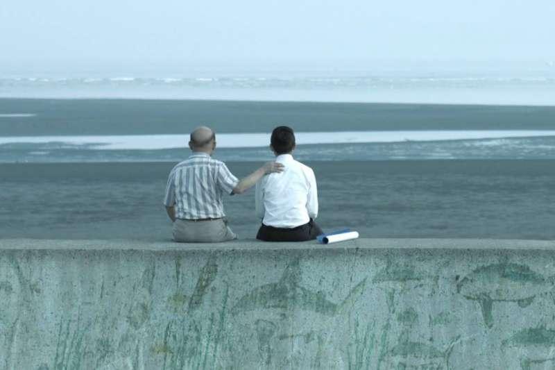 新竹市長林智堅(右)回憶,3年半前和蘇貞昌坐在南寮的海堤上,分享淡水漁人碼頭的改造經驗還有城市治理的想像。(取自林智堅臉書)
