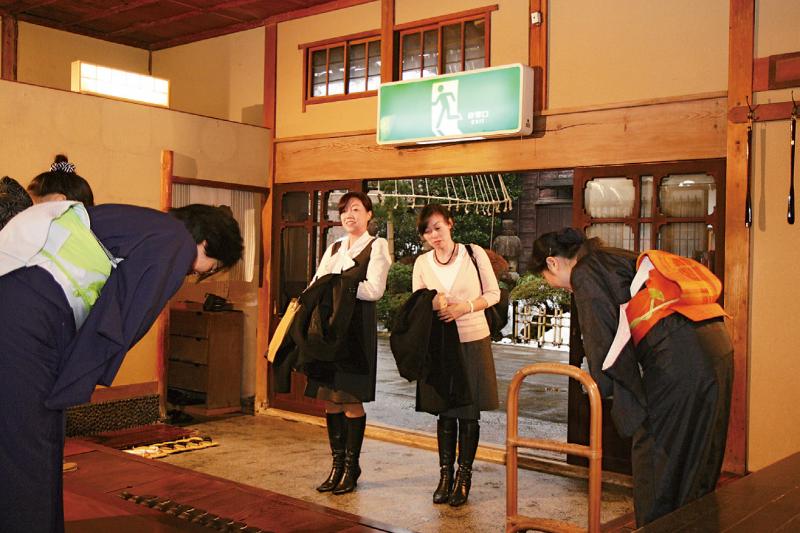 你住過純日本式旅館嗎?除了莊嚴厚重的氣氛,仕女們一絲不苟的服務態度讓人不敢犯錯,甚至連一般日本人也懼怕前往。(示意圖/遠足文化提供)